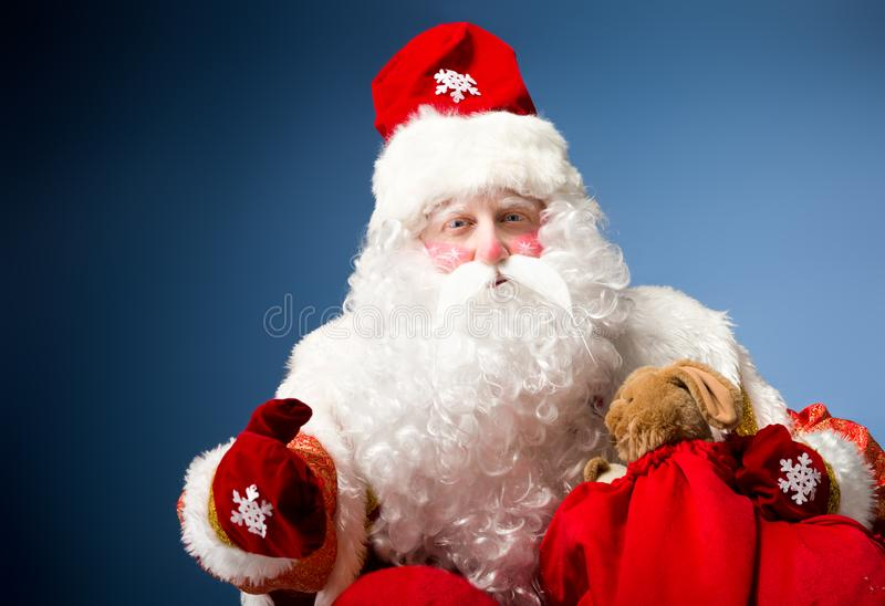 蓝色背景的圣诞老人 库存图片