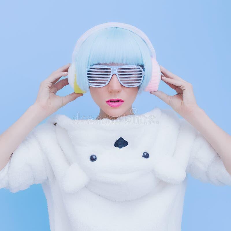 蓝色背景的玩具熊女孩DJ 疯狂的当事人 俱乐部舞蹈 免版税库存照片
