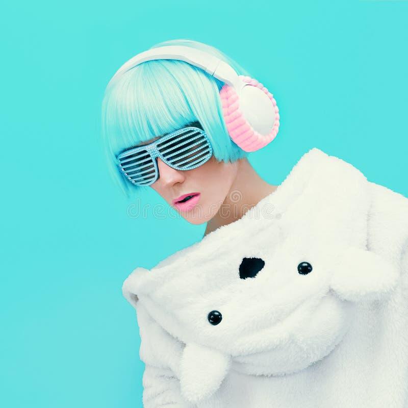 蓝色背景的玩具熊女孩DJ 疯狂的当事人 俱乐部舞蹈 免版税库存图片