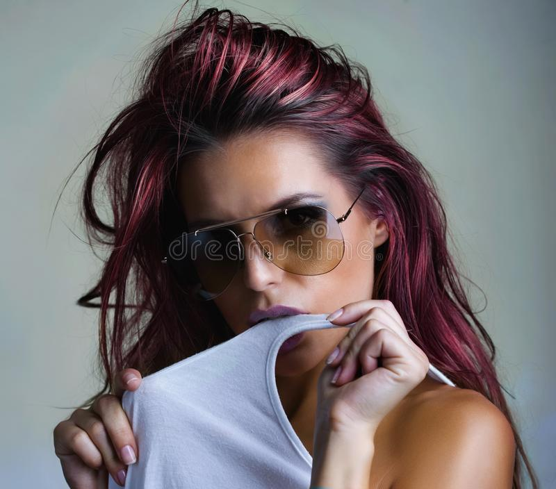 蓝色背景的红色,桃红色头发夫人 免版税库存图片