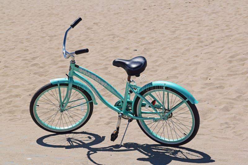 蓝色自行车 免版税库存图片