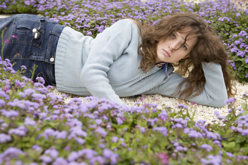 蓝色花位于的妇女 免版税图库摄影