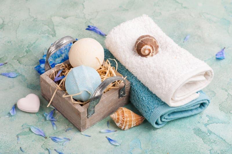 蓝色花和浴炸弹 库存图片