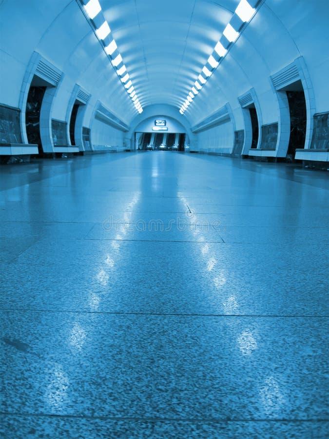 蓝色萤光没人地铁隧道 免版税库存图片