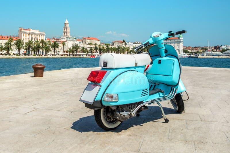 蓝色葡萄酒滑行车在海附近的老城市 免版税库存图片