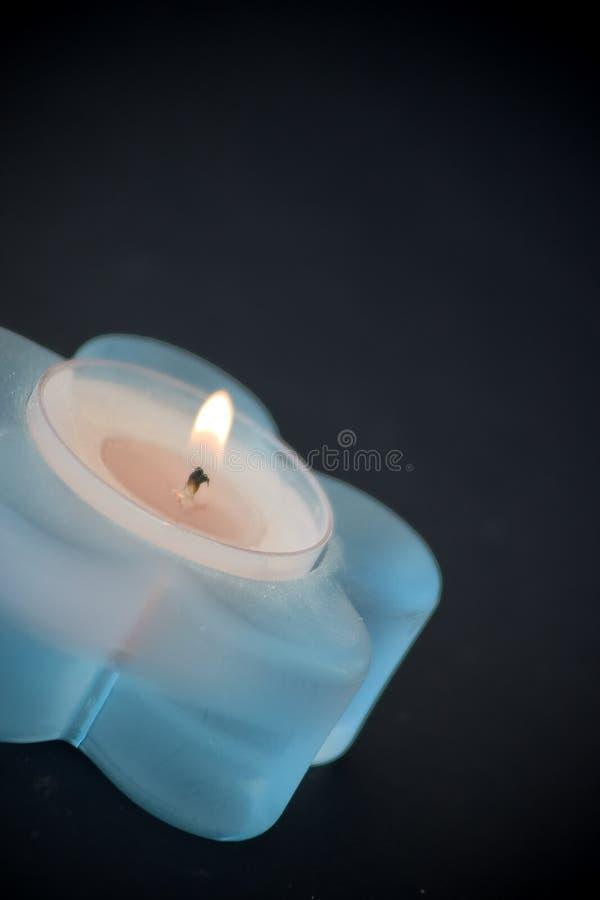 蓝色蜡烛一点 库存图片
