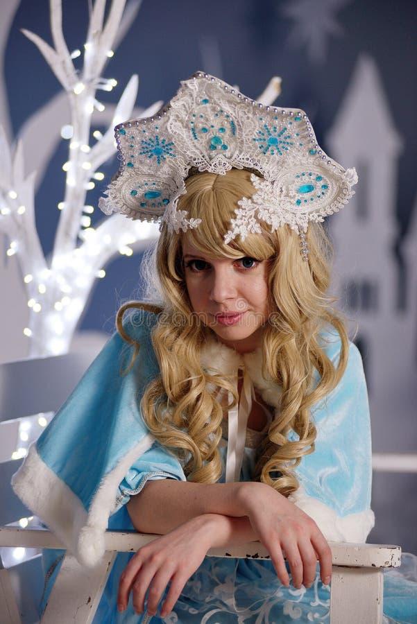 蓝色衣服和kokoshnik的俄国雪未婚 免版税库存照片