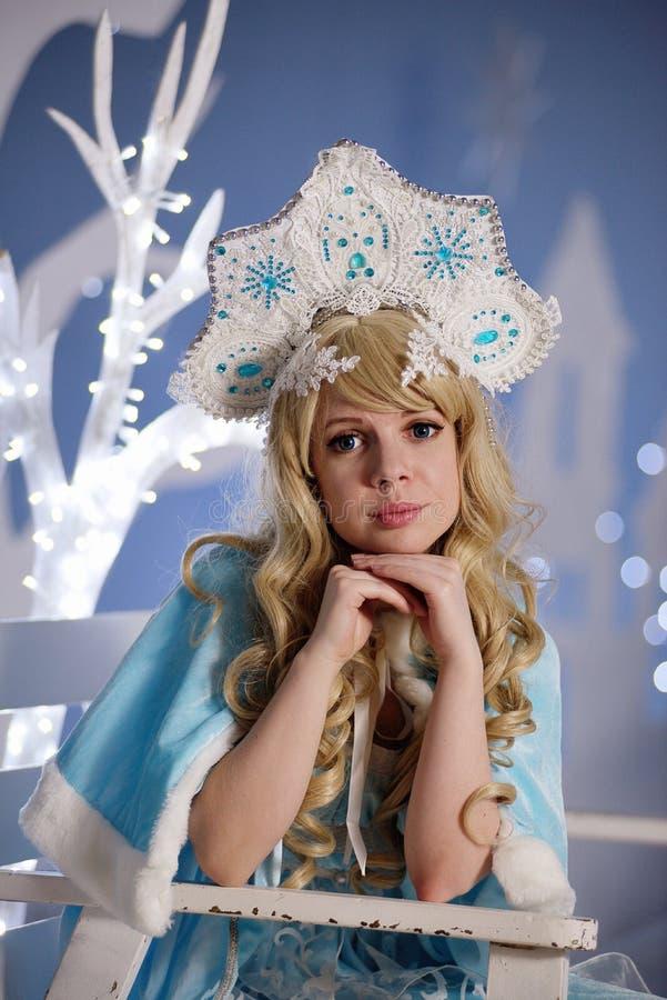 蓝色衣服和kokoshnik的俄国雪未婚 免版税库存图片