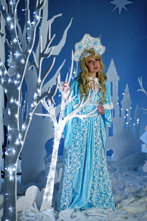 蓝色衣服和kokoshnik的俄国雪未婚 库存图片