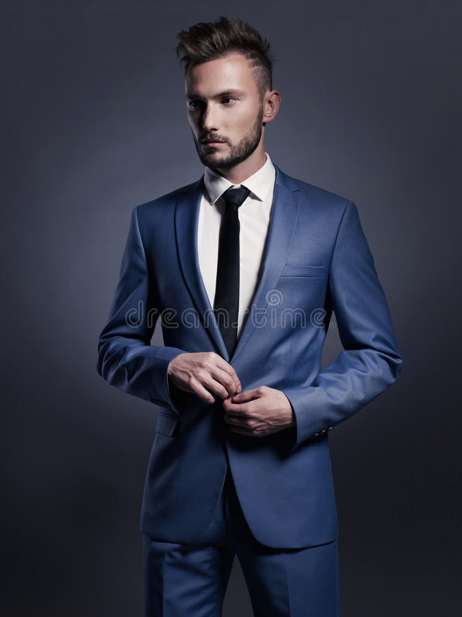 蓝色衣服的英俊的时髦的人 免版税库存图片