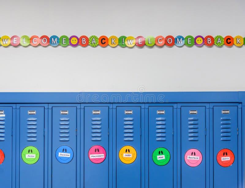 蓝色衣物柜和五颜六色的横幅欢迎学生回到学校 库存例证