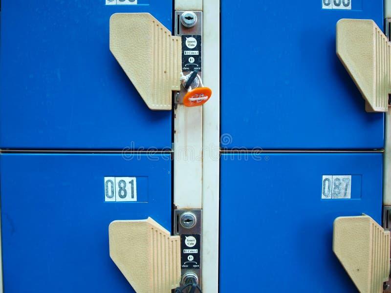 蓝色衣物柜 免版税库存照片