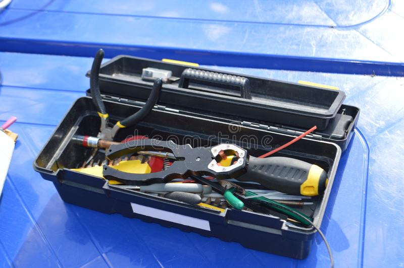 蓝色表面上的工具箱电工或技工的 免版税库存图片