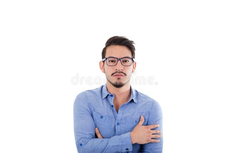戴蓝色衬衣和眼镜的年轻西班牙人 免版税库存图片