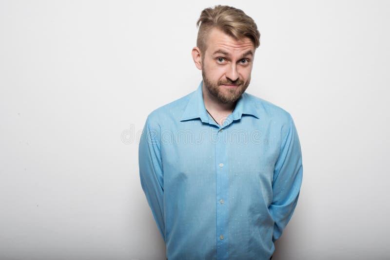 蓝色衬衣常设围裙的商人 图库摄影