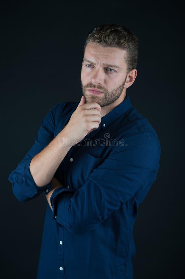 蓝色衬衣的体贴的不剃须的英俊的人 图库摄影