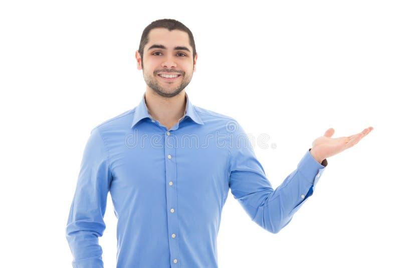 蓝色衬衣的英俊的阿拉伯商人指向某事的 免版税图库摄影