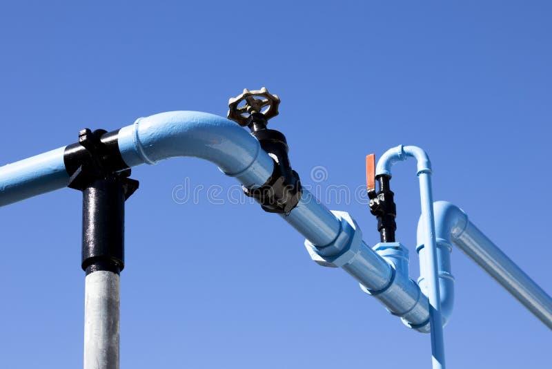 蓝色被绘的管道工程管组 库存图片