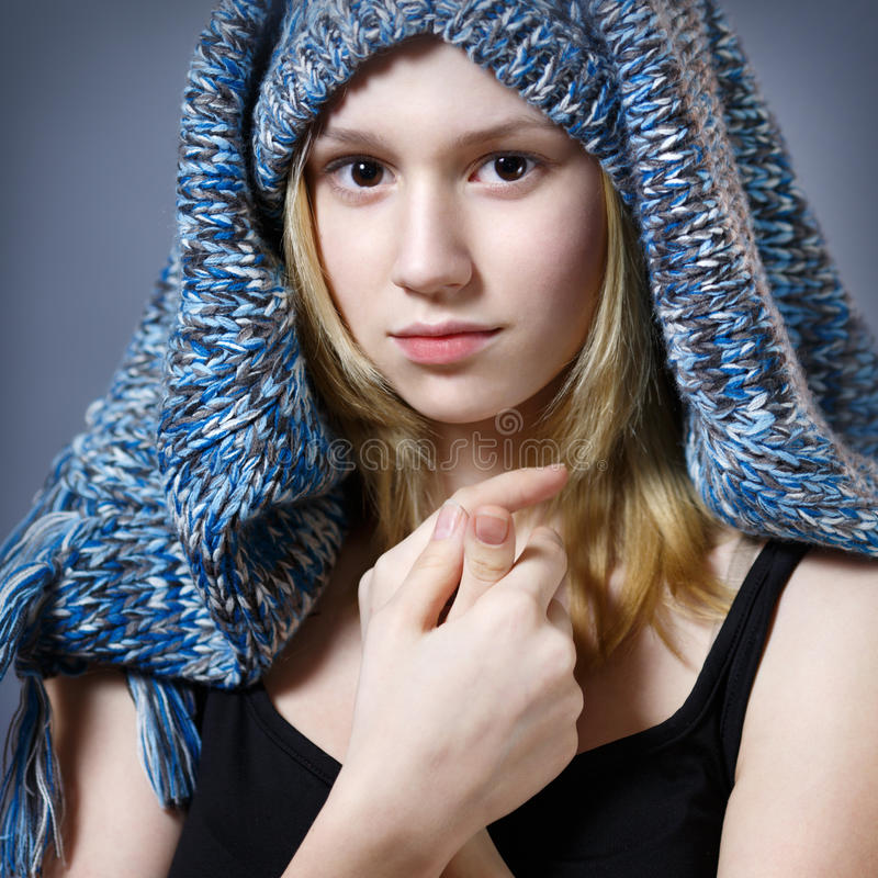 蓝色被编织的帽子的女孩 免版税库存图片