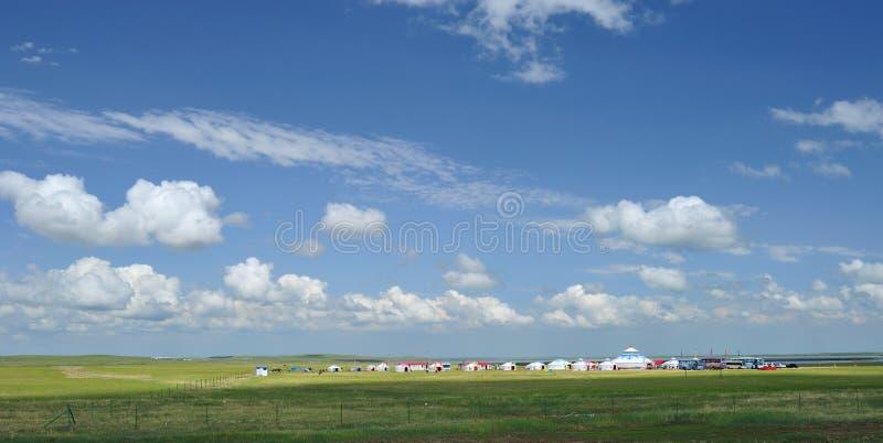 蓝色覆盖天空在空白yurts之下 免版税库存图片