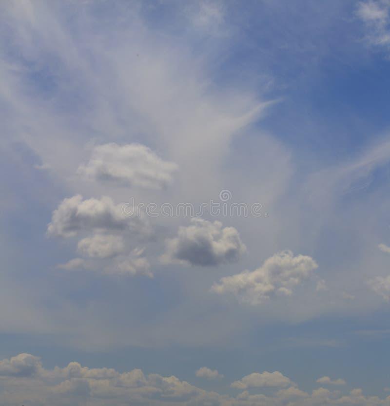 蓝色覆盖天空白色 库存照片
