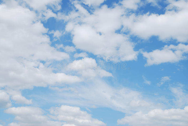 蓝色覆盖天空白色 库存图片