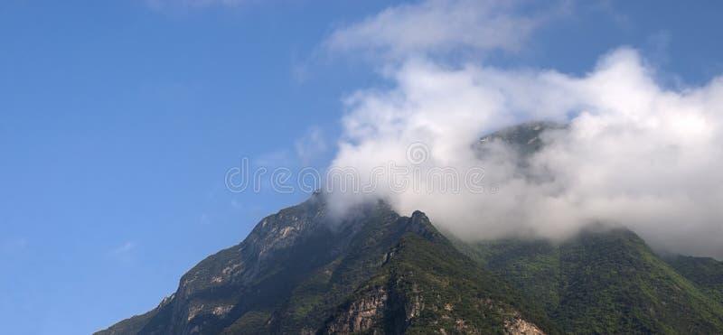 蓝色覆盖山全景全景天空 免版税库存照片
