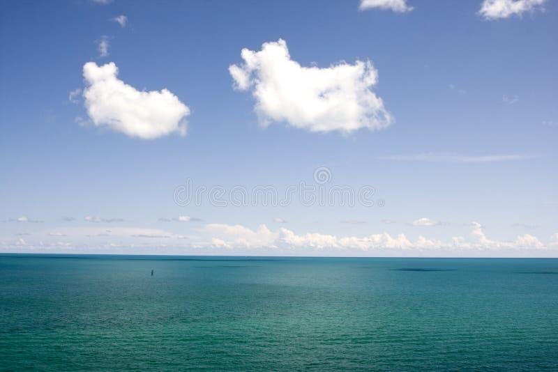 蓝色覆盖热带水 免版税库存照片