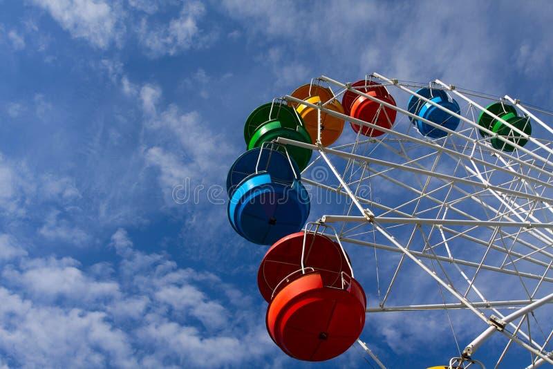 蓝色覆盖ferris天空轮子白色 库存照片