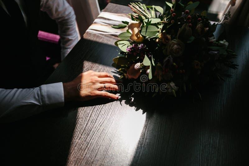 蓝色详细资料花袜带系带婚礼 棕榈圆环 免版税库存照片