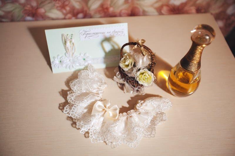 蓝色详细资料花袜带系带婚礼 香水、袜带和婚礼邀请 免版税库存图片