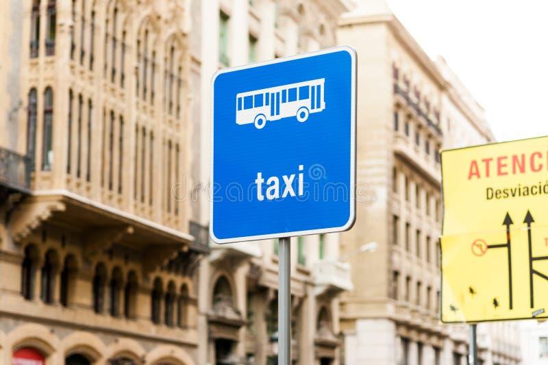 蓝色路牌的taxy在有daylightwith的欧洲城市街道没人,taxy的一个共同的标志 库存照片