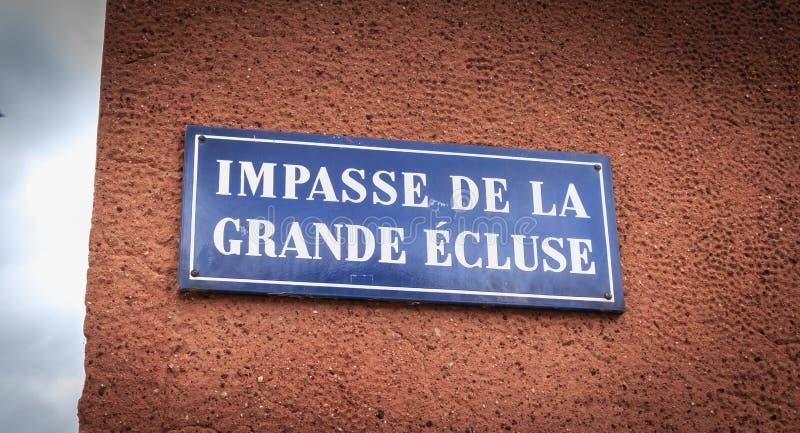 蓝色路牌陈述在大锁的法国死角 免版税库存图片