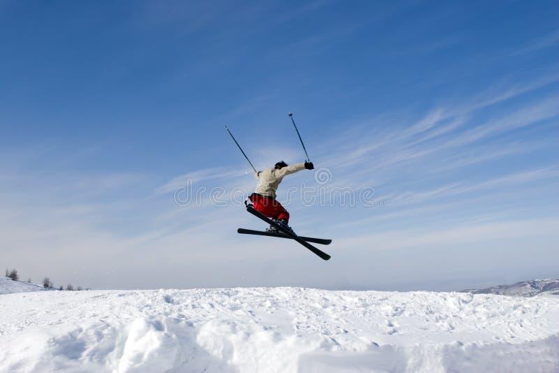 蓝色跳的滑雪者天空雪 库存照片