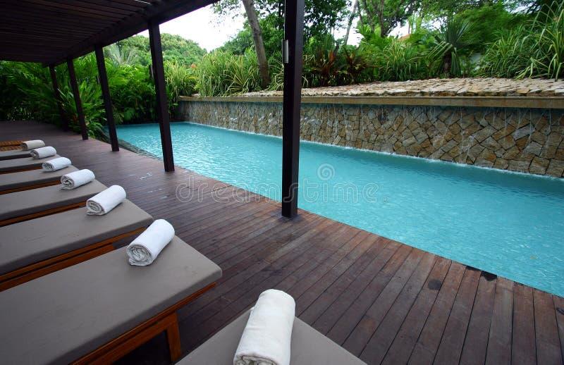 蓝色轻便马车休息室游泳池边手段温泉 图库摄影