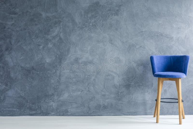 蓝色逆凳子 免版税库存图片