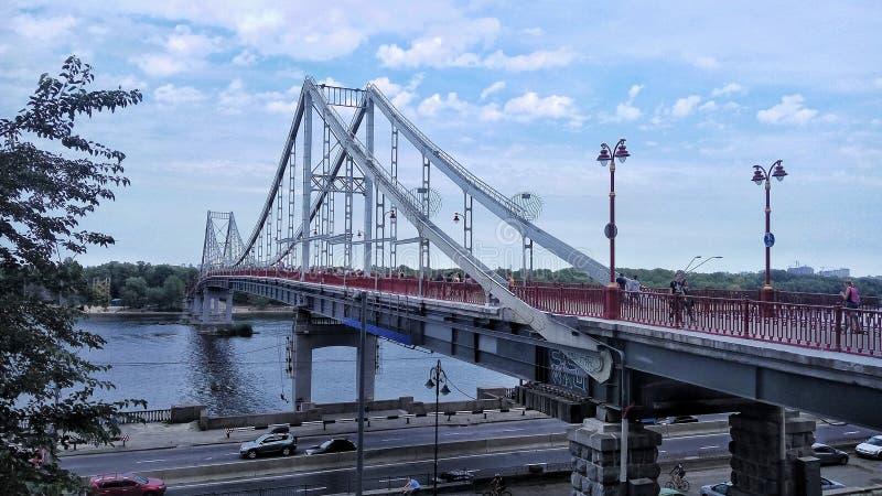蓝色透视图 在河的桥梁细节的 天空与云彩、建筑学、森林和风景的秀丽视图 库存图片