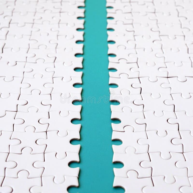 蓝色道路在一白色被折叠的拼图的平台被放置 与拷贝空间的纹理图象文本的 库存照片