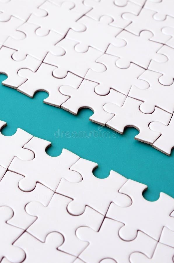 蓝色道路在一白色被折叠的拼图的平台被放置 与拷贝空间的纹理图象文本的 图库摄影