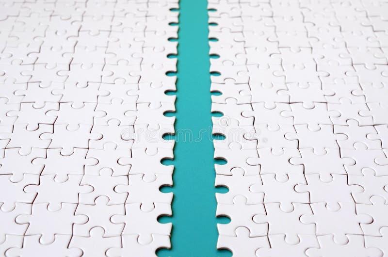 蓝色道路在一白色被折叠的拼图的平台被放置 与拷贝空间的纹理图象文本的 库存图片
