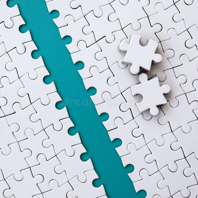 蓝色道路在一白色被折叠的拼图的平台被放置 难题的缺掉元素附近被堆积 库存例证