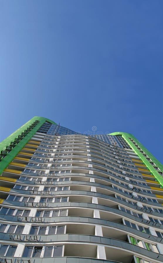 蓝色都市大厦颜色绿色高新的天空 免版税库存图片