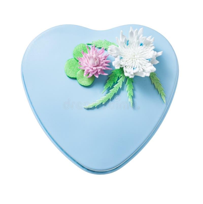 蓝色金属装饰了在白色隔绝的心形的礼物盒 免版税库存照片