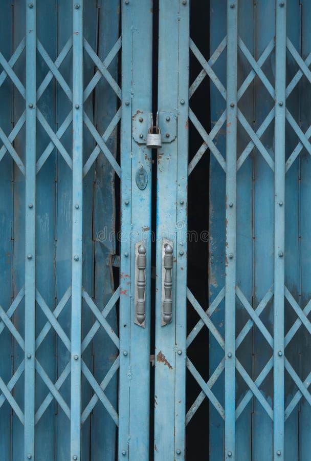 Download 蓝色钢门 库存图片. 图片 包括有 入口, 生锈, 关闭, 废弃, 锁定, 下滑, 纹理, 金属, 锁着 - 62525601
