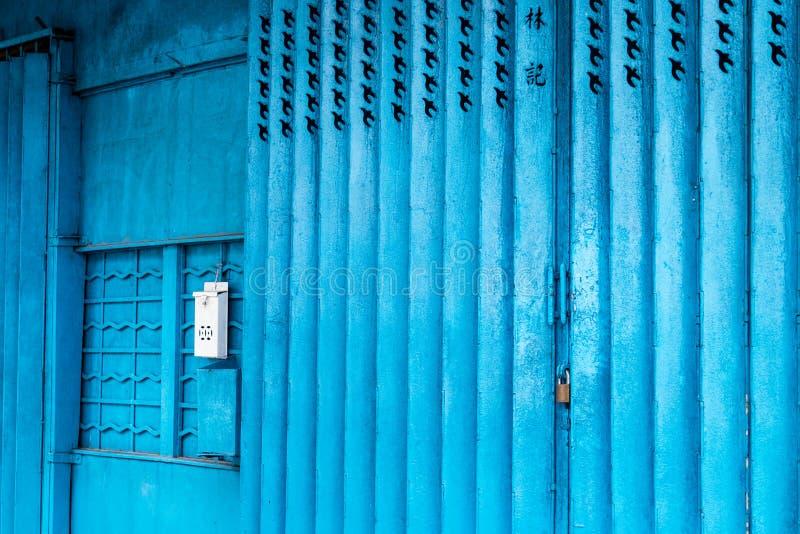 蓝色铁商店门在澳门 免版税库存照片