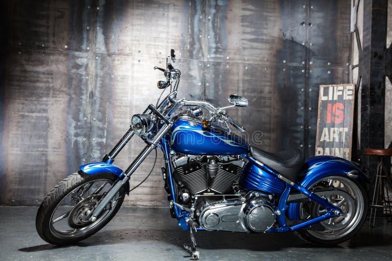 蓝色镀铬物路自行车 免版税库存照片