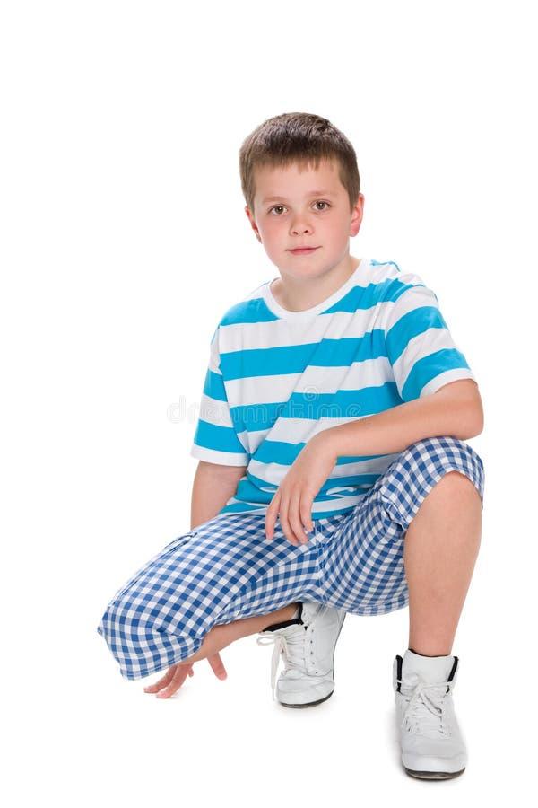 蓝色镶边衬衣的逗人喜爱的男孩 库存照片