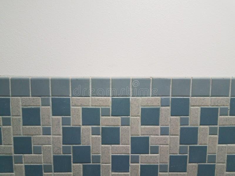 蓝色长方形和方形的瓦片在卫生间墙壁上 免版税库存图片
