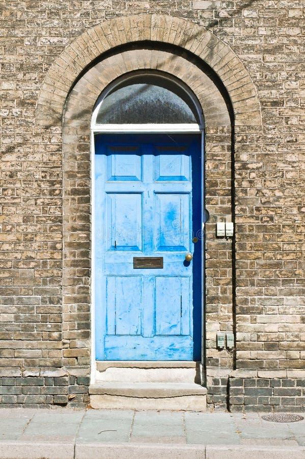 蓝色门前面 免版税库存图片