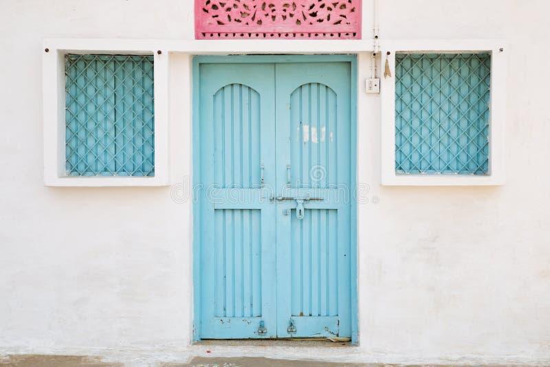 蓝色门和窗口,在印度安置外部 免版税库存照片